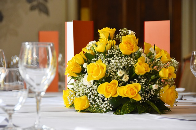 Roses Yellow Table Decoration - Ladyhester / Pixabay